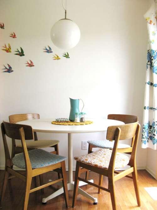 comedor sencillo moderno de estilo nordico y sillas de madera